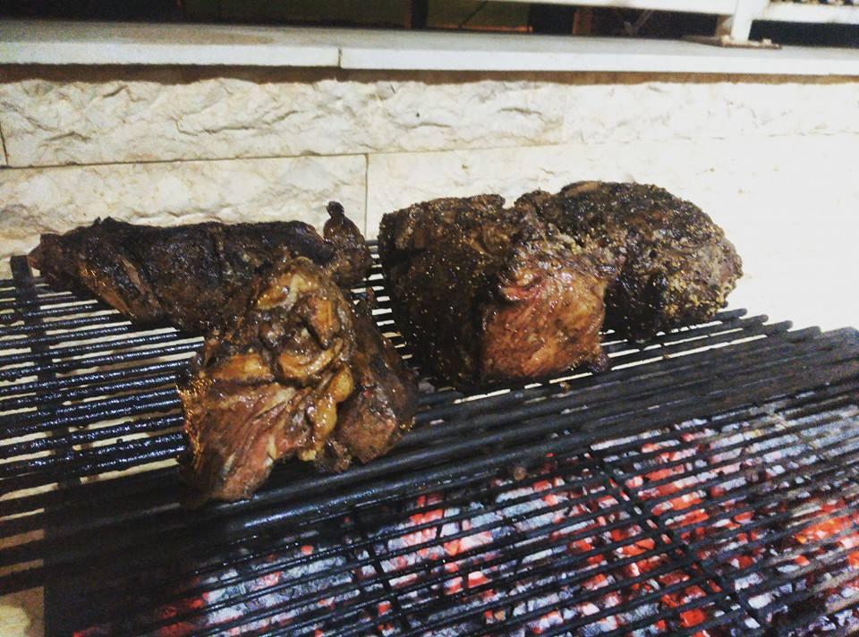 בשר של אסאדו על האש